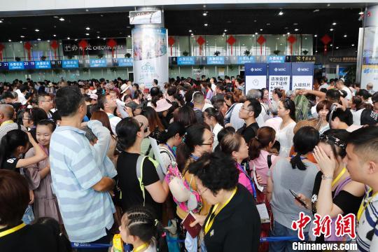 上海吴淞口国际邮轮港迎来暑期客流高峰。 殷立勤 摄