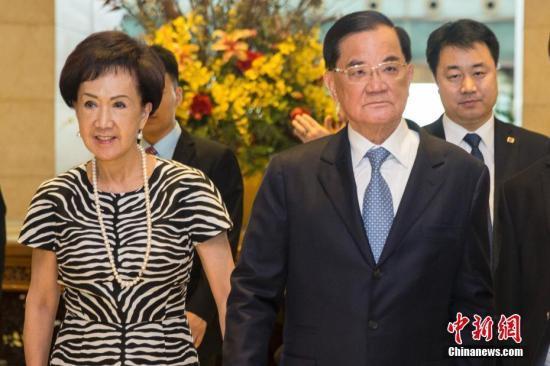 7月12日,中国国民党前主席、两岸和平发展基金会董事长连战率台湾各界人士参访团抵达北京。中新社记者 王骏 摄