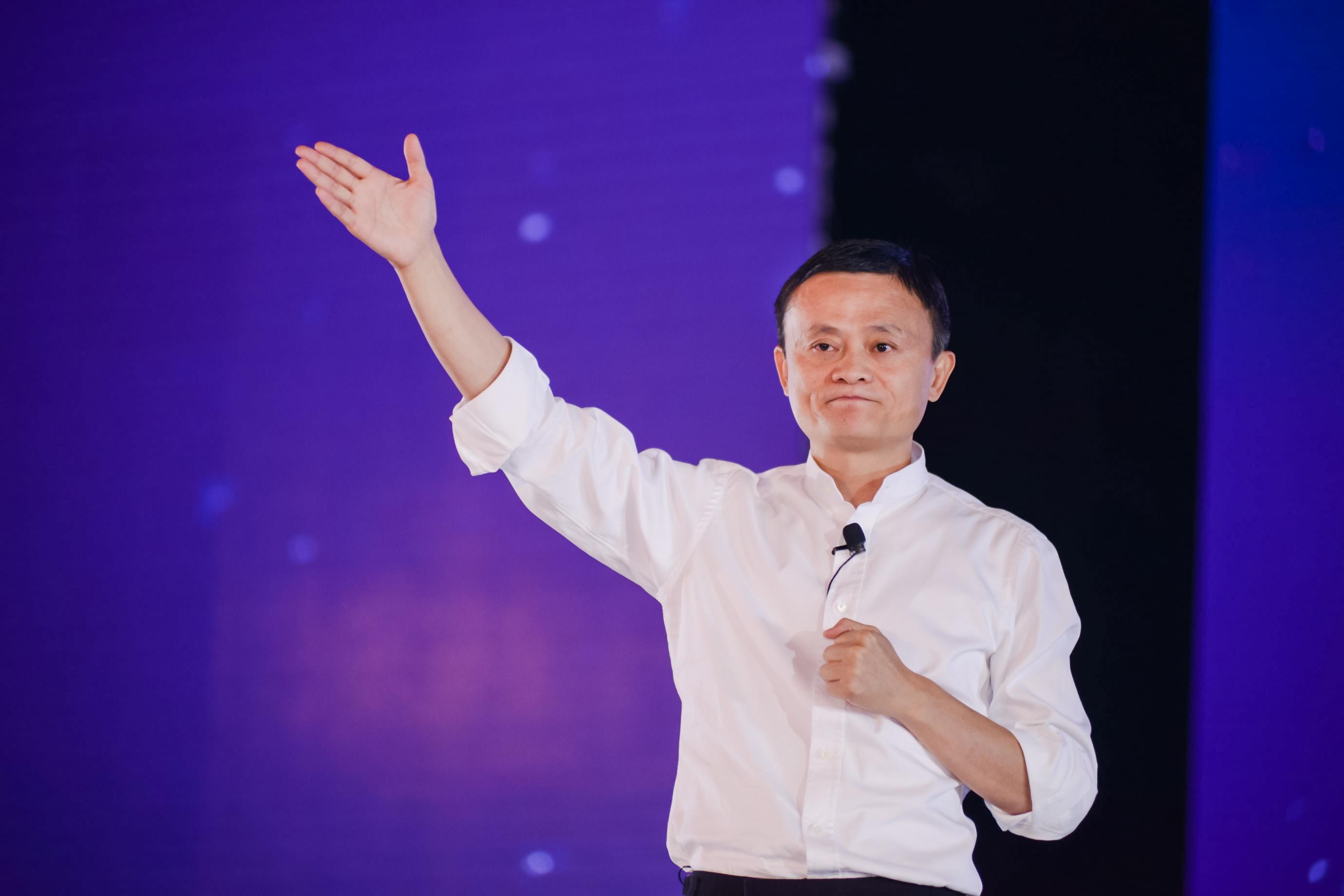俞敏洪说10年20年后房价每平三四十万,与马云预测完全相反