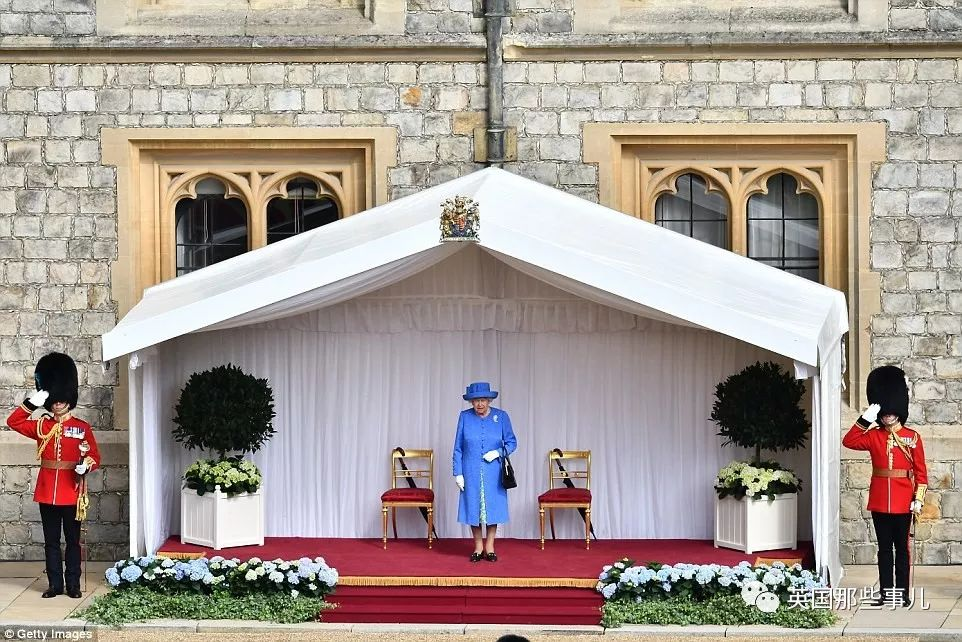 特朗普就这么让女王等了12分钟,还敢背对女王?