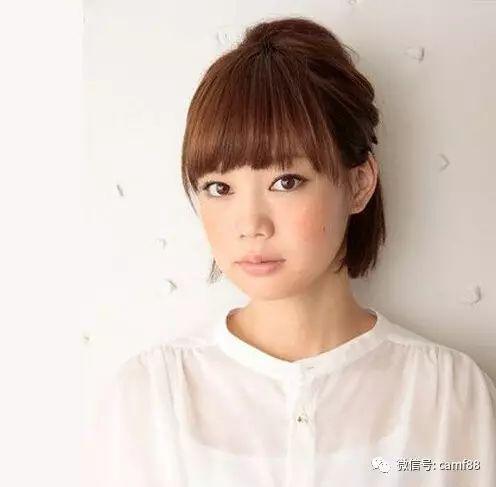 短短的公主头发型设计,碎薄的齐刘海修颜减龄十足,高耸的半扎头发,又
