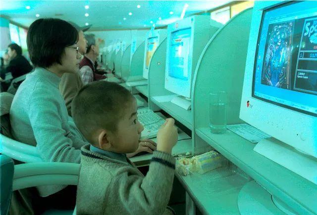 """""""E时代""""的网吧里,有毛片、聊天室和我的启蒙"""