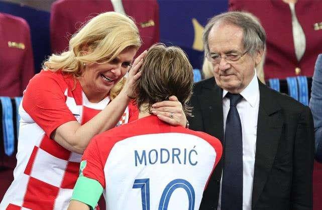 世界杯颁奖最大争议! 公然让克罗地亚美女总统淋雨, 普京罕见批评