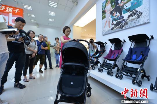 好孩子集团位于昆山的展厅内,展陈着百余种新款童车产品。 杨颜慈 摄