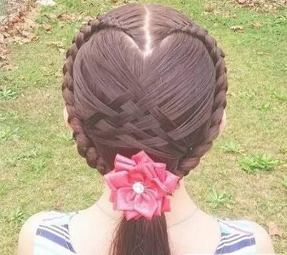 粉红色的心形编发,快给孩子扎起来吧