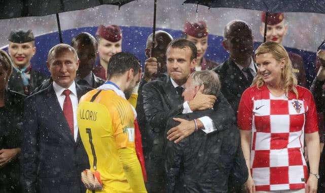 世界杯颁奖下暴雨