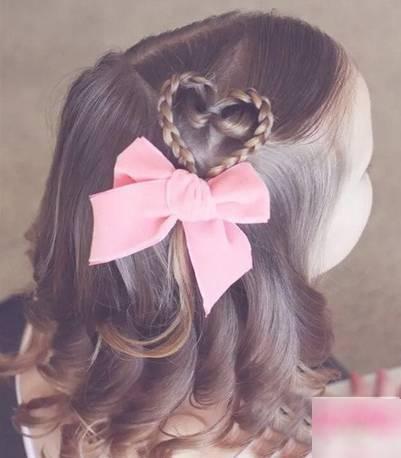 头顶的头发也画成一个心形区,另一部分编成个蝎子辫与心形发辫合并成