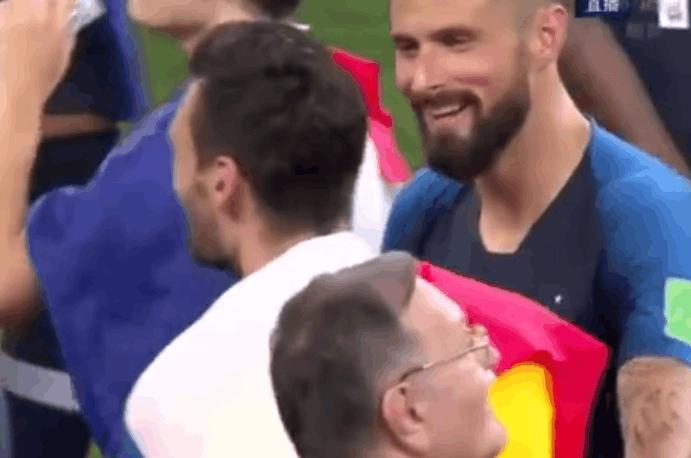 法国队夺冠之后现场播放洛里失误镜头,吉鲁随后太暖心了