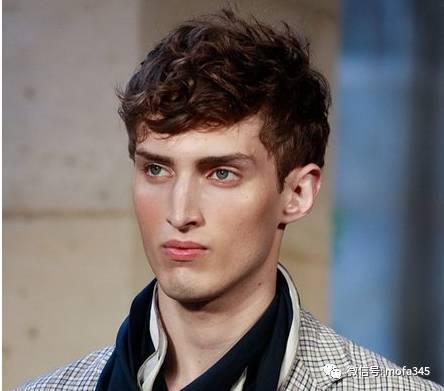 > 正文   最流行男士发型一:蓬松微卷发,造型师通过一款蓬松的微卷发图片