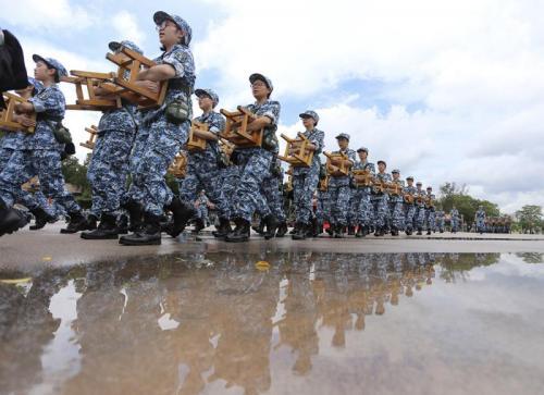 资料图片:500名香港中学生体验军旅生活。(图片来源:香港大公网 何嘉骏 图)