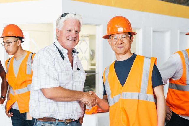 贾跃亭率领公司高管团队考察汉福德工厂 获政府颁发的临时办公许可