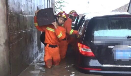 因暴雨被困车内_被消防员从水中背出
