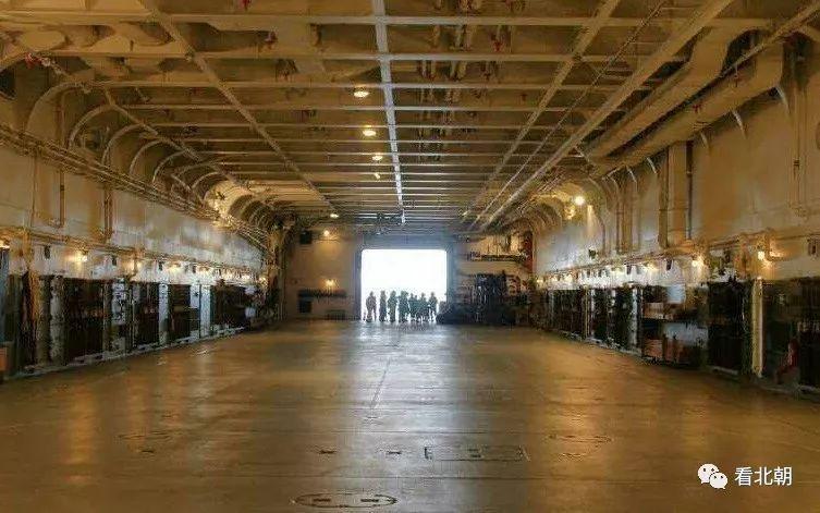 怎么装那么多飞机坦克?说说现代舰船的内部布局