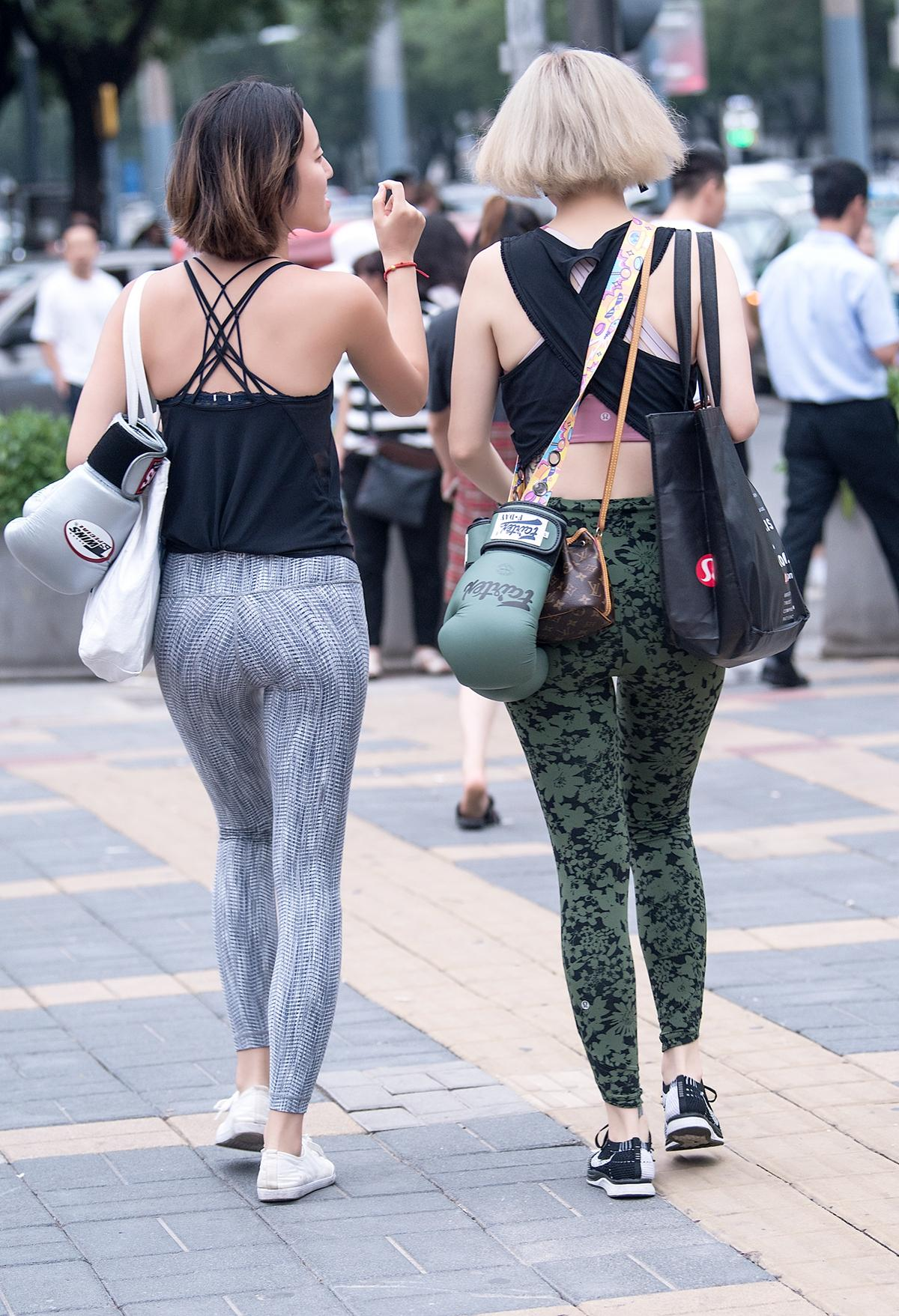 去v紧身的路上,穿紧身健美裤的闺蜜,乡村好的没挑了赛马场鱼米之香身材洒家图片