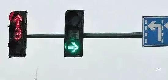 圆形红绿灯上加一指示牌