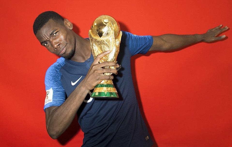 抱得金杯归,法国队员拍摄捧杯写真