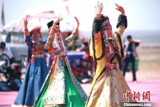 原料图:蒙古族服装服饰展演。 乌兰察布市旅游发展委员会供图 摄