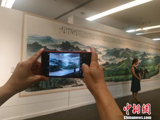 山西省诗书画界50余位名家,历时半年多,走遍了杨树、管涔、关帝、太岳、吕梁、中条等6个省直国有林区,创作完成200余幅佳作。 刘小红 摄