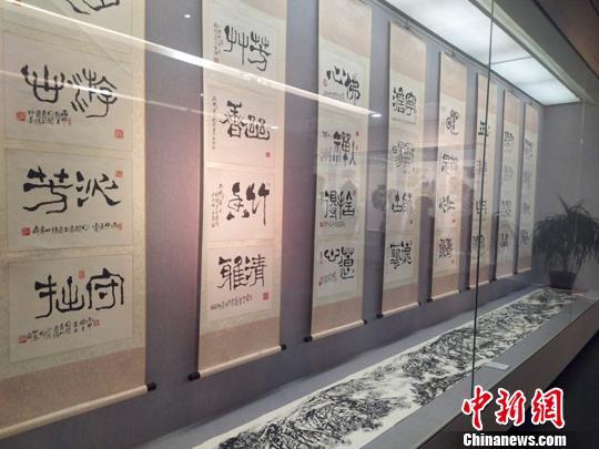 此次展览不仅为山西群众献上一场别开生面的视觉盛宴,也给山西省广大诗书画爱好者提供了一个学习和交流的机会。 刘小红 摄