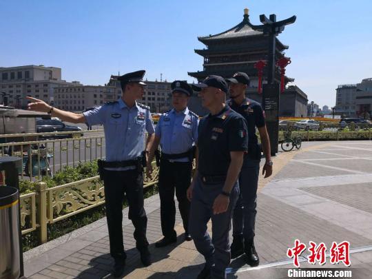 图为两名意大利警员和西安民警一首开展说相符巡逻。 阿琳娜 摄