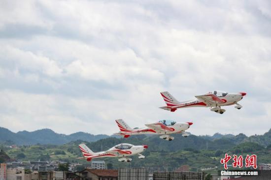 原料图:矮空飞走外演。 中新社记者 贺俊怡 摄