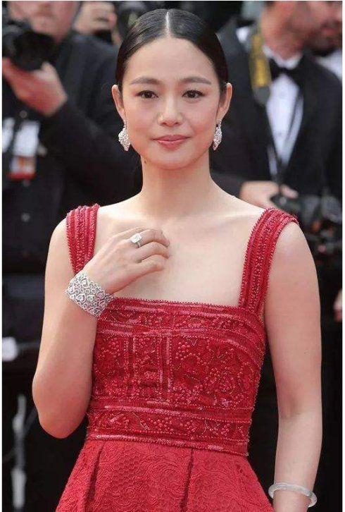 将女主角拱手让给李冰冰孙俪,赵薇替她做媒,嫁姜文年近40仍貌美