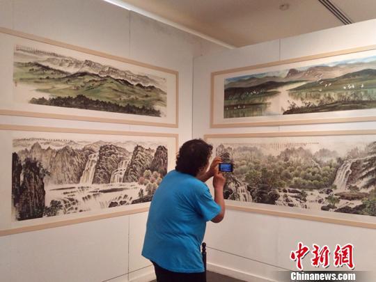 山西省政府参事室(文史馆)五十余位文史馆员、特约研究员和部分诗书画艺术家的200余幅作品在展览现场集中亮相。 刘小红 摄