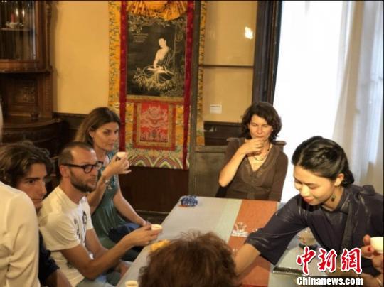 外国友人品鉴中国茶,体验中国茶文化。 李琳珊 摄