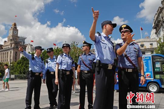 7月18日首至7月29日,2名意方警员将与2名上海公安民警编为一组开展着装说相符巡逻,陆家嘴、外滩、豫园、新天地、静安寺等上海地标所在地以及轨道交通人民广场站、徐家汇站,以及浦东国际机场航站楼等人员浓密的重点区域都将展现他们的身影。 殷立勤 摄