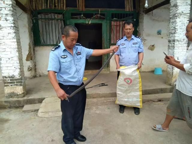 村民家中惊现眼镜蛇,民警迅速出警除隐患