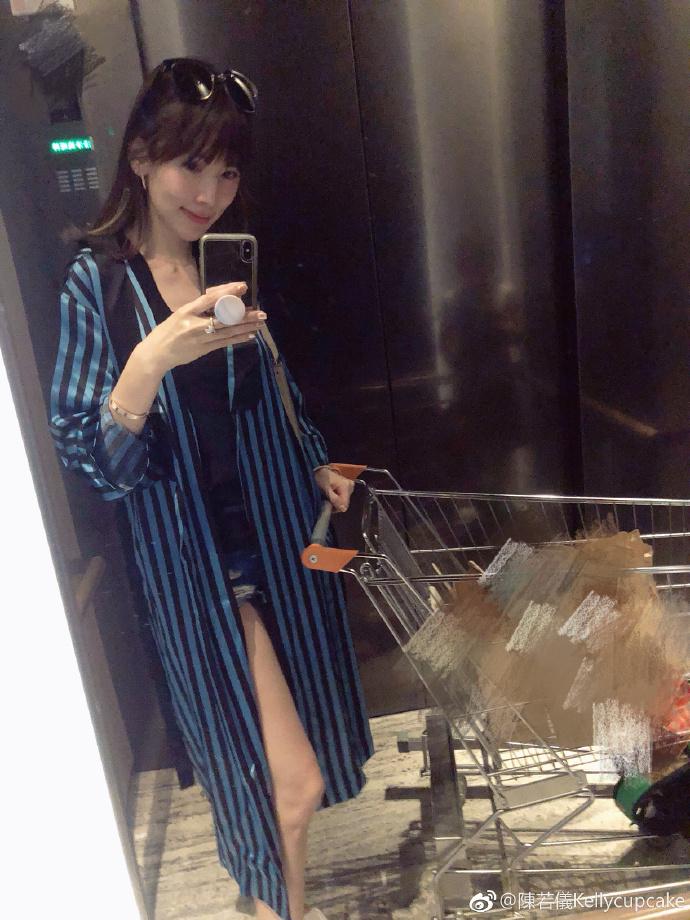 林志颖老婆素颜穿睡袍接娃放学,被kimi指责:你怎么穿成这样!