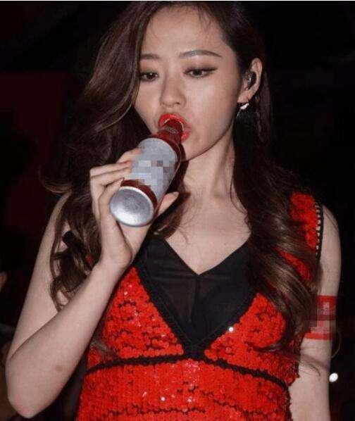 娱乐圈爱酒如命的女星,:王菲拿桶喝 张柏芝吓坏人