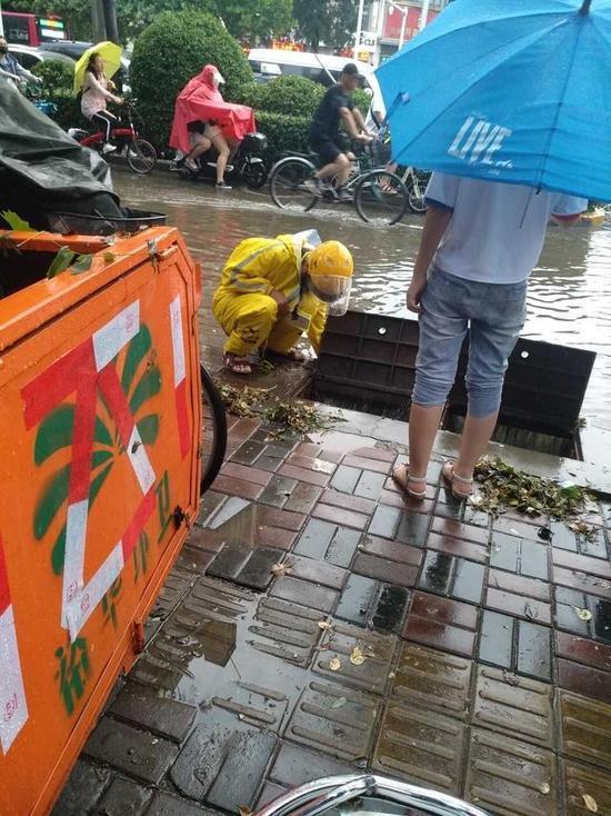 石家庄一外卖小哥模特中徒手疏通下水道情趣大雨韩国美女图片图片