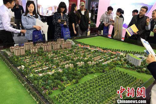 资料图:民众在2017年北京春季房展会上的某楼盘展台咨询。<a target='_blank' href='http://www.chinanews.com/' >中新网</a> 程春雨 摄