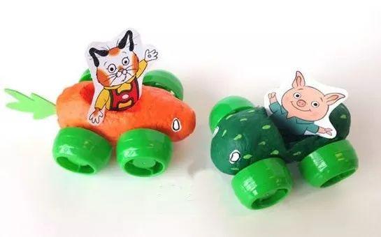 小朋友想不想拥有一辆很酷的小车,是完全按照自己的想法打造,玩具店里也买不到的款式!利用超轻粘土做出蔬菜车身,再用瓶盖做车轮,可爱的蔬菜小车学起来~