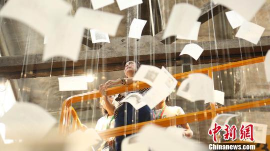 乌拉圭艺术家拉奎尔?勒杰尔格(RaquelLejtreger)的作品《OUTINTHEOPEN》首次在中国展出。组委会提供