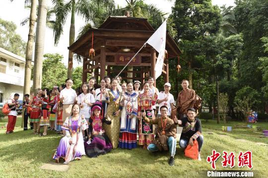 来自全国11省区的大中学生穿着民族服饰参加开营仪式。 主办方供图 摄