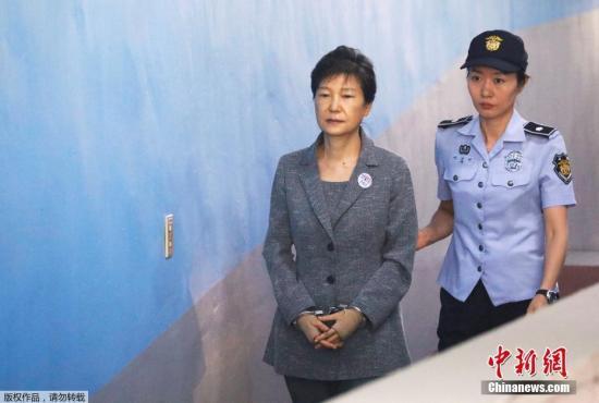 韩国法院当天下午对李在�F行贿案作出一审判决,认定李在�F为接班三星贿赂朴槿惠,此外还犯下贪污、作伪证等罪名,判刑5年。