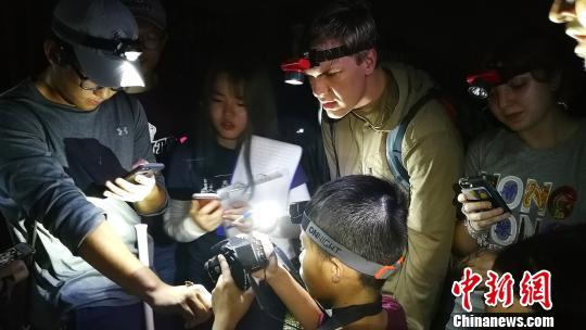 UIC和美国三立大学的师生夜晚在珠海调查两栖动物 UIC供图 摄