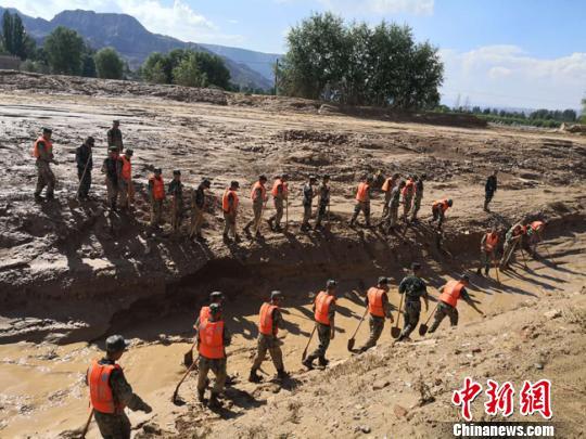图为7月19日下午,武警在崔家村搜救失踪人员。 杨艳敏 摄