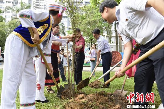 共青团中央和相关单位领导一行与营员代表共同植种民族同心林。 吴兆明 摄