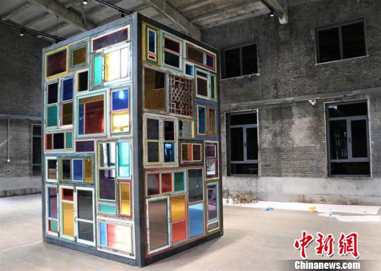 中国艺术家宋东的作品《同窗异梦》。组委会提供