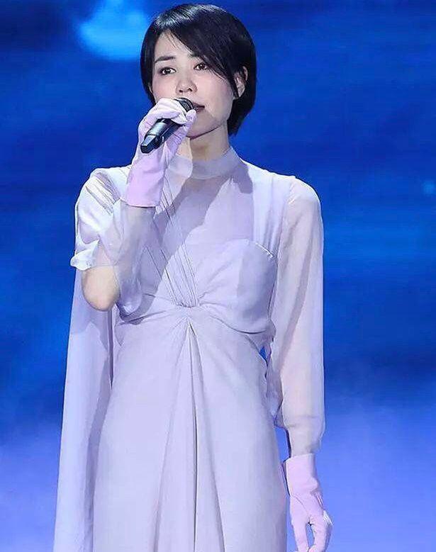 48岁国内一线饮料品牌代理商王菲综艺首秀开播,皮肤白皙造型像少女