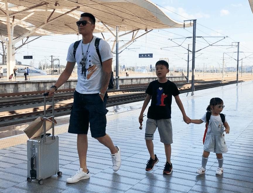 宏远未来?朱芳雨儿子参加篮球夏令营,父母基因决定他天赋惊人