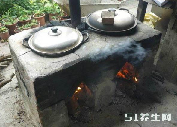 农村灶膛里这黑乎乎的锅烟子,很多人都嫌脏,