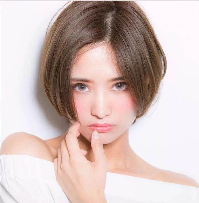 > 正文   短发也要找到适合自己的风格 短发发虽然简约 但是柔顺又很