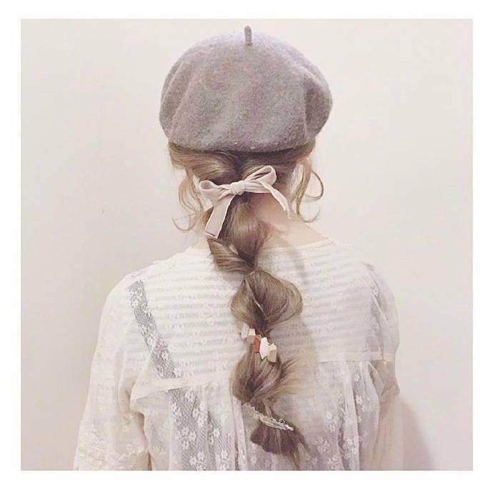 全头编发还可以搭配帽子,丝带等进行混搭,也能缔造出时尚的造型.