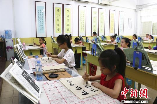 正值暑期广西柳州市的学生参加书法兴趣班,练习书法。 林馨 摄