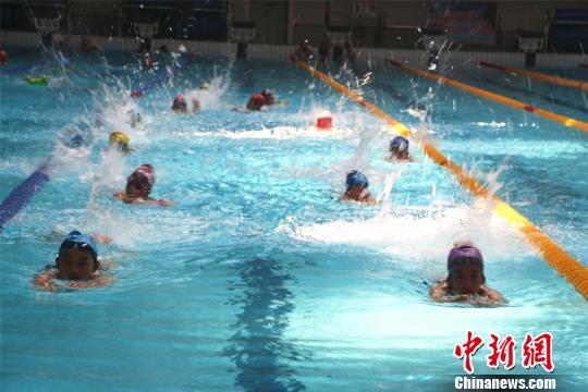 广西柳州市游泳馆内,不少孩子在学习游泳。 林馨 摄