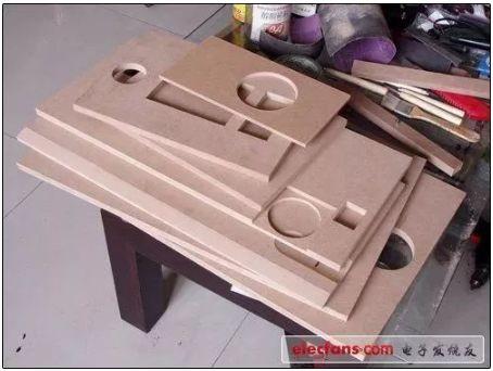 由于前期都已经做好了设计图,下一步就是根据设计图对板材进行开孔.